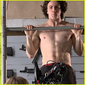 aaron-johnson-shirtless-pull-up-kick-ass-2